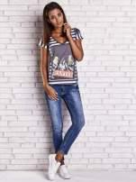 Szary t-shirt w paski i z nadrukiem dziewczyny                                  zdj.                                  4