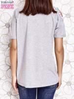 Szary t-shirt z naszywką motyla i pomponami                                  zdj.                                  4