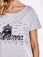 Szary t-shirt z ozdobnym napisem i kokardą                                  zdj.                                  5