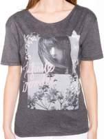 Szary t-shirt z romantycznym nadrukiem dziewczyny