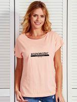 T-shirt damski z nadrukiem znaku zodiaku KOZIOROŻEC łososiowy                                  zdj.                                  1