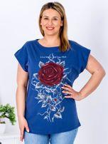 T-shirt granatowy z różą PLUS SIZE                                  zdj.                                  1