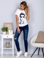 T-shirt z nadrukiem dziewczyny i rozcięciem biały                                  zdj.                                  4