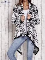 TOM TAILOR Biały asymetryczny sweter w graficzne wzory                                  zdj.                                  1