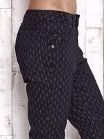 TOM TAILOR Czarne spodnie z graficznym nadrukiem                                  zdj.                                  5