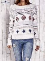 TOM TAILOR Ecru puszysty sweter w azteckie wzory                                  zdj.                                  2