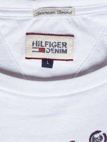 TOMMY HILFIGER Biała bluzka męska z tekstowym printem                                  zdj.                                  6
