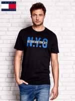 TOMMY HILFIGER Czarny t-shirt męski z napisem N.Y.C                                  zdj.                                  1