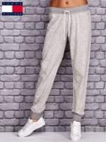TOMMY HILFIGER Ecru spodnie dresowe w drobne wzory                                  zdj.                                  1