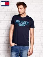 TOMMY HILFIGER Granatowy t-shirt męski z napisem HILFIGER DENIM                                  zdj.                                  1