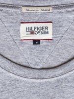 TOMMY HILFIGER Szary t-shirt męski z czerwonym nadrukiem                                   zdj.                                  6