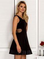 Trapezowa sukienka koktajlowa z zakładkami czarna PLUS SIZE                                  zdj.                                  5