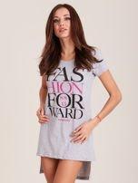 Tunika bawełniana jasnoszara z nadrukiem w stylu fashion                                  zdj.                                  1