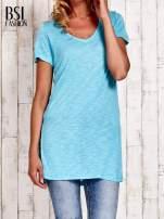 Turkusowy długi t-shirt z rozporkami z boku                                  zdj.                                  1