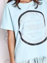 Turkusowy t-shirt z nadrukiem i frędzlami                                  zdj.                                  5