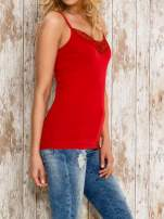 VERO MODA Czerwony top damski z koronkowym dekoltem