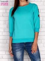 Zielona bluza z naszywkami na rękawie                                  zdj.                                  1