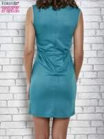 Zielona dopasowana sukienka z pionową aplikacją                                  zdj.                                  4