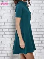 Zielona rozkloszowana sukienka ze złotymi guzikami                                                                          zdj.                                                                         3