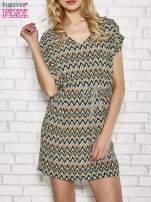 Zielona wzorzysta sukienka ze złotym plecionym paskiem