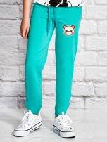 Zielone spodnie dresowe dla dziewczynki z pandą                                  zdj.                                  1