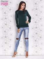 Zielony sweter z aplikacją i kokardą przy dekolcie                                                                          zdj.                                                                         2