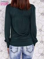 Zielony sweter z aplikacją i kokardą przy dekolcie                                                                          zdj.                                                                         4
