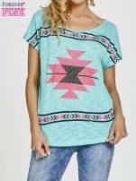 Zielony t-shirt we wzory azteckie z dżetami