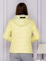 Żółta pikowana kurtka przejściowa z ozdobnymi suwakami                                  zdj.                                  2