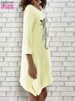 Żółta sukienka damska z nadrukiem kotów                                  zdj.                                  3