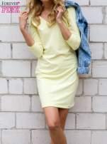 Żółta sukienka z trójkątnym dekoltem