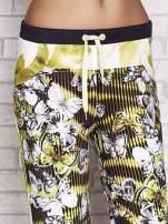Jasnozielone spodnie capri z nadrukiem motyli