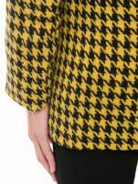Żółty płaszcz ze skośnym suwakiem we wzór w pepitkę