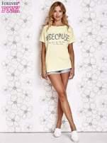 Żółty t-shirt z hashtagiem #BECAUSE                                  zdj.                                  2