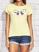 Żółty t-shirt z kolorowym motylem                                  zdj.                                  1