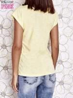 Żółty t-shirt z nadrukiem znaku zapytania                                                                          zdj.                                                                         4