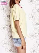 Żółty t-shirt z różowymi pomponikami przy dekolcie                                  zdj.                                  3